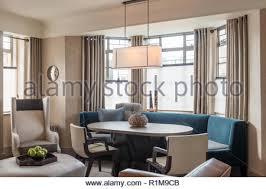 blau und grau getönten esszimmer mit erker stockfotografie