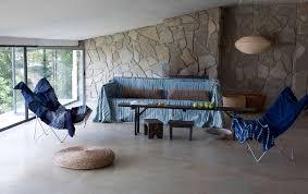 wand mit mosaik aus naturstein fliesen couchtisch