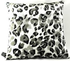 casa padrino luxus wohnzimmer deko kissen milwaukee weiß schwarz grau 45 x 45 cm feinster samtstoff luxus kollektion