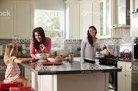 femmes plus cuisine femme fille avec ses parents préparer un repas dans la cuisine