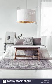 weiße le oben holzbank auf dem teppich in designer