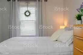 sauberes minimales schlafzimmer mit weißen betten und modernen möbeln aus der mitte des jahrhunderts stockfoto und mehr bilder behaglich