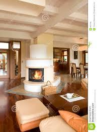 stilvolles modernes wohnzimmer mit kamin stockbild bild