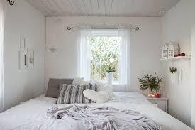 kleines schlafzimmer ganz in weiß mit bild kaufen