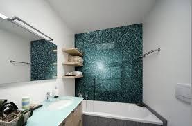 glas statt fliesen bad badewanne rueckwand smaragdgruen