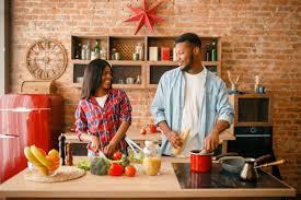 schwarzer mann kocht auf küche frau trinkt kaffee premium