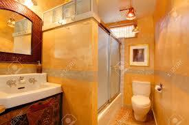 goldene badezimmer mit weißen waschbecken