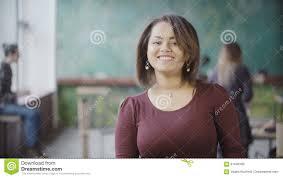baise aux bureaux portrait de femme africaine au sourire occupé de bureau