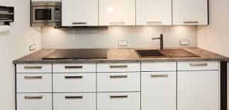 gestaltung einer modernen küche mit einer nischenverkleidung