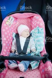 siege auto nouveau né photo de nouveauné endormi dans le siège auto concept de sécurité