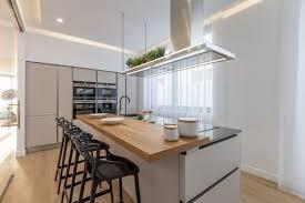graue einrichtung moderne küche weiss holz theke