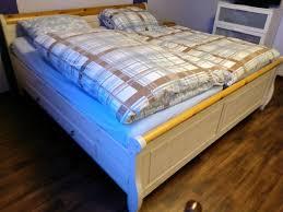 bett massivholz schlafzimmer landhausstil top