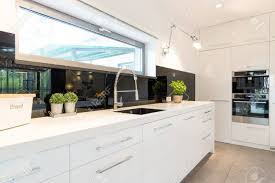 moderne haus geräumige weiße küche mit weißen arbeitsplatte