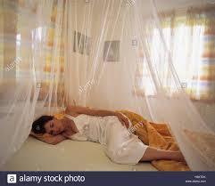 frau bett schlafen moskitonetz schlafzimmer jung lüge