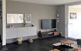 wohnzimmer nach umgestaltung warmer grauton und wandboard