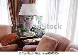 wohnzimmer in warmen tönen zwei ledersofas mit kissen