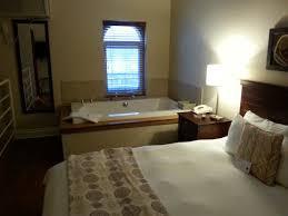 hotel avec bain a remous dans la chambre mezzanine avec bain à remous et salle de bain complète photo de