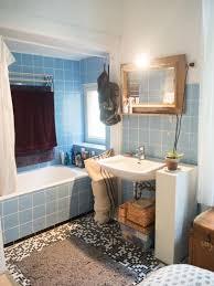 bad mit badewanne und blauen fliesen bad badezimmer