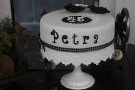 eine torte zum lächeln ins gesicht zaubern happy birthday