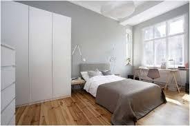 chambre grise et blanc chambre taupe mobilier bois blanc rideaux beige clair