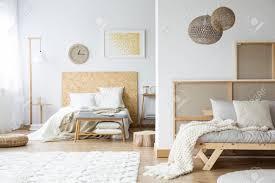 offener raum natürliches schlafzimmer mit kingsize bett holzbett und weißer decke auf grauem sofa