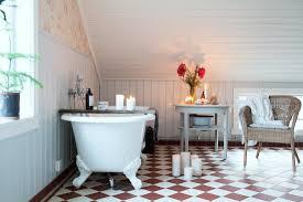 kerzenlicht im badezimmer unter dem dach bild kaufen