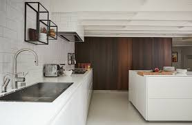 moderne offene küche mit weißen fronten bild kaufen