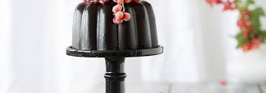 eisgekühlter wackelpudding mit schwarzer johannisbeere