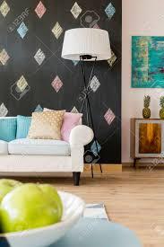 gemütliches wohnzimmer mit tafel sofa pastell kissen eine stehle und exotische kommode
