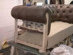fabriquer un canapé en bois comment fabrique t on un fauteuil ou un canape chesterfield par