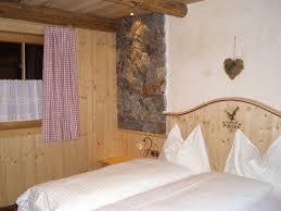 schlafzimmer im landhausstil viel natürliches holz haus