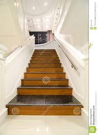 villa moderne intérieure escalier en bois image stock image