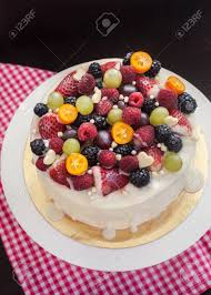 hausgemachte weiße schokolade gefrostet kuchen mit frischen beeren und früchten verziert