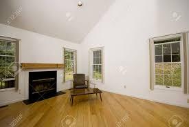 großes wohnzimmer leer kondominium mit holzböden kamin vorort home