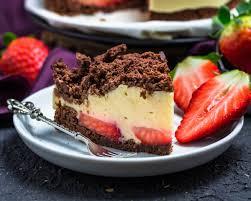 gesunder maulwurfkuchen mit erdbeeren und vanillepudding