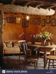 vintage kiefer tisch und stühle in dunklen cottage esszimmer