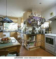 banque d image pin table et chaises dans blanc cuisine à