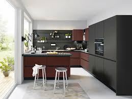 küche grifflos modern mit halbinsel theke und nischenpaneelsystem