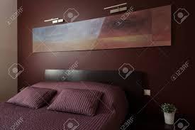 luxury gemütliches schlafzimmer mit moderner kunst an der wand