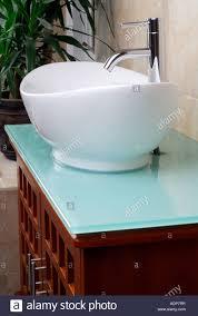 moderne badezimmer unterschrank stockfotografie alamy
