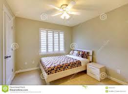 beige schlafzimmer mit kindbett stockbild bild
