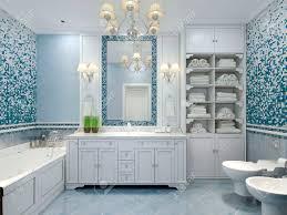 möbel in klassischen blauen bad blau gefärbte bad mit weißen möbeln großer spiegel mit leuchtern und luxuriösen kronleuchter mix fliesen und