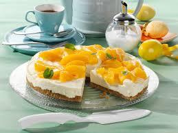 weiße schoko frischkäse torte mit pfirsichen auf krümelboden