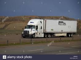 Um Livro Branco Freightliner Semi-Truck Puxa Um Livro