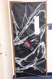Halloween Classroom Door Decorations by Easy Diy Halloween Door Decorating Ideas Turn A Door Into A
