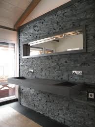 bruchsteinwand mit naturstein waschtisch modern