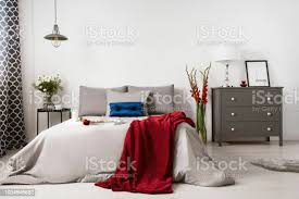 echtes foto einem romantischen schlafzimmer interieur mit einem großen bett rote decke und kommode stockfoto und mehr bilder behaglich
