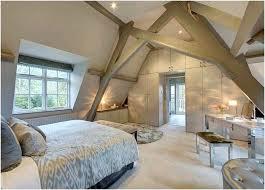 chambre dans comble deco chambre sous comble amenagement comble parquet en bois clair