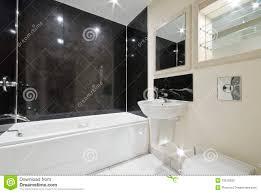 badezimmer mit schwarzen steinfliesen stockfoto bild