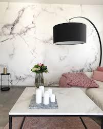 modernes wohnzimmer mit marmortapete interiordesign